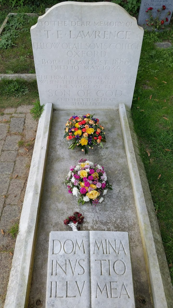 1200px-Grave_of_T.E._Lawrence_at_St._Nicholas'_Church_Graveyard
